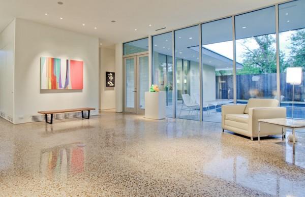 Шлифованный и полированный бетонный пол в гостинной