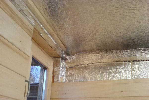 Чтобы парную сделать герметичной, теплоизоляцию в ней выполняют при помощи минерального утеплителя и алюминиевой фольги