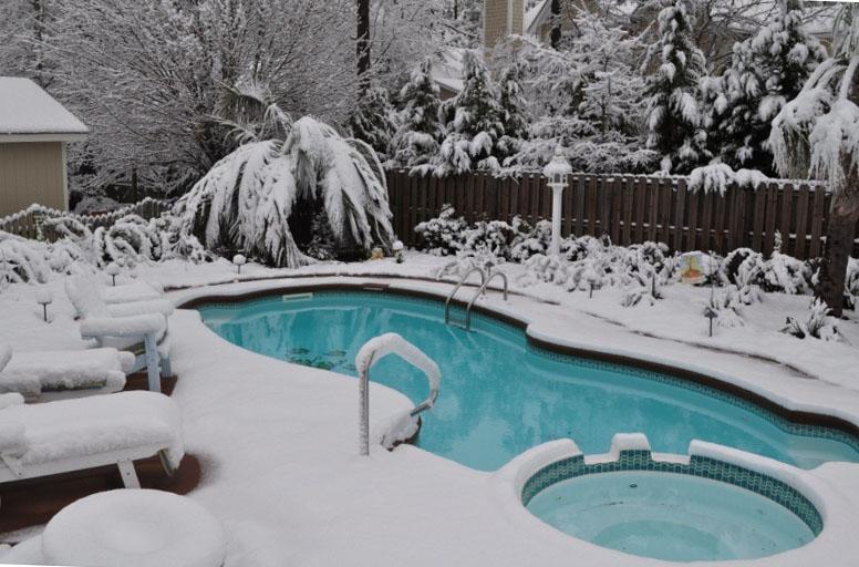Подготовка каркасного бассейна к зиме. Зимовка каркасного бассейна с водой на улице. Можно ли оставлять каркасный бассейн на зиму наполненным?